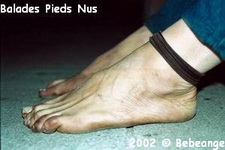 Picture of bare feet (courtesy Baladespiedsnus.com)